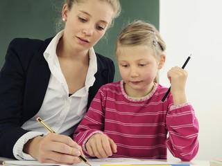 Lehrerin und Schülerin beim Unterricht