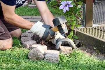 Beetumrandung im Garten wird gepflastert