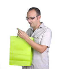 Hombre mirando bolsa de compra