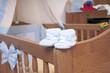 Babyschuhe auf einem Babybettchen