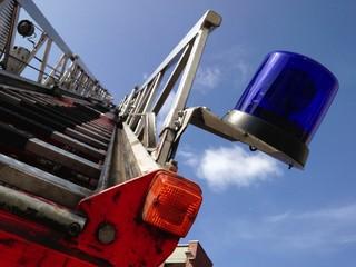Blaulicht und Feuerwehrleiter