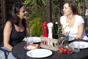 Frauen unterhalten sich im Garten