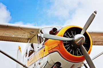 Flugzeug vor blauem Himmel