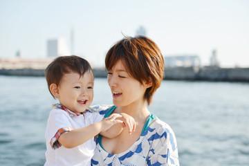 海岸で微笑む親子