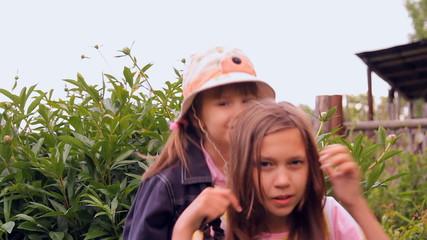 две сестры в саду на природе