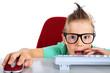 Junge mit riesen Brille in der Schule
