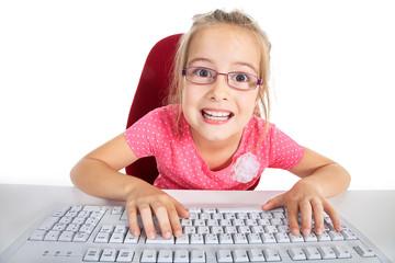 Junges Mädchen vor Computer blickt überrascht