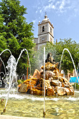 Don Benito, fuente monumental y torre de la iglesia de Santiago