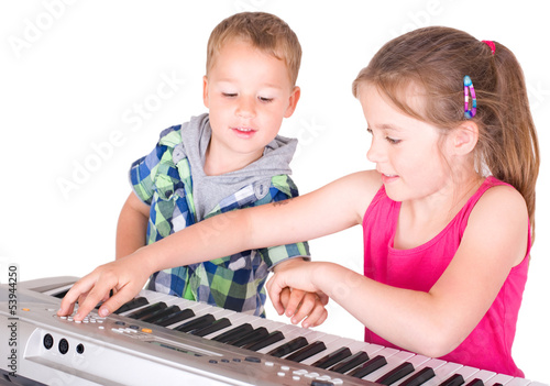 Kinder spielen am Keyboard