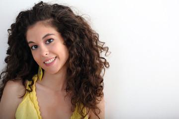 Ragazza con capelli ricci e vestito giallo