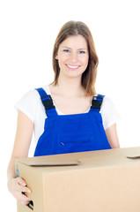 möbelpackerin trägt karton