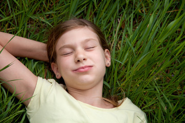 Mädchen liegt auf einer Wiese in der Natur