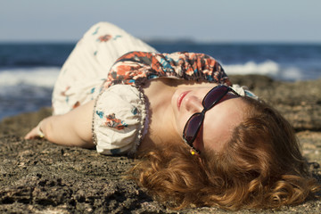 sahilde yatan gözlüklü bayan model