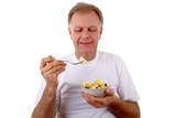 Mann isst einen Salat