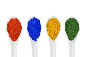 Bunte Farbpigmente auf Porzellanlöffeln