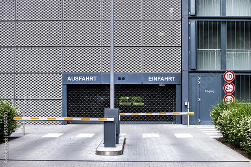 Parkhaus Einfahrt und Ausfahrt mit Schranke - 53960430