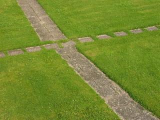 Rasenfläche mit Gartenweg in Oerlinghausen bei Bielefeld