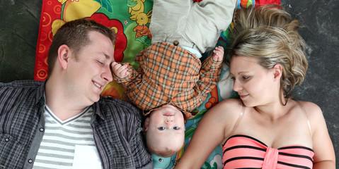 Rodzina szczęśliwa w pozycji leżącej.