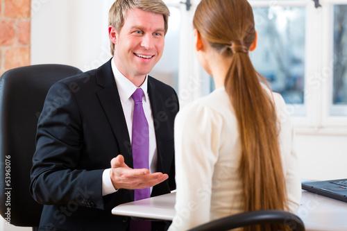 Geschäftsmann und Kundin in Kanzlei oder Büro