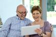 Seniorenehepaar Best Ager freut sich mit Tablet