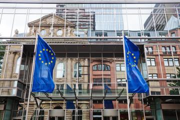 Spiegelungen und Euro-Flaggen im Euro-Tower