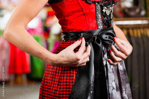 Frau probiert Tracht oder Dirndl in einer Boutique an