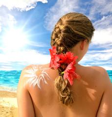 Sonnenschutz: Junge Frau genießt die Sonne