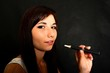femme qui fume cigarette électronique