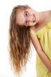 Mädchen mit langen Haaren lächelt