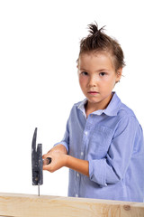 Kind beim Handwerken mit Hammer