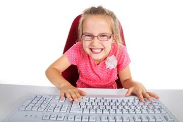 Kind vor PC ärgert sich