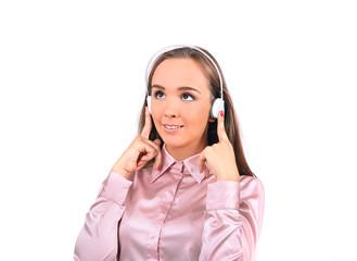 девушка в розовой блузке слушает что-то через наушники