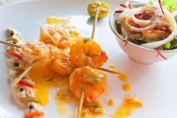 brochettes de crevettes et bol de salade