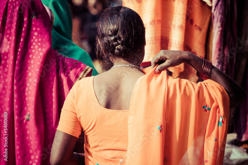 Papiers peints Inde Women with colorful saris in Varanasi, India.