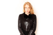 Portrait hübsche Frau in schwarzer Jacke