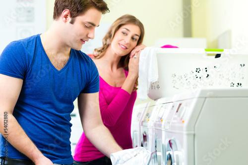 Studenten in einem Waschsalon