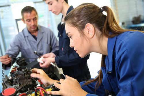 Mechanics training class with teacher and students - 54013666