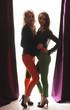 zwei hübsche Frauen modern gekleidet