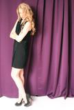 attraktive Frau im schwarzen Kleid