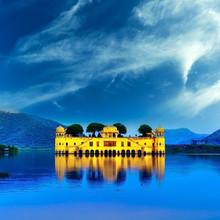 Indian palace de l'eau sur le lac Mahal Jal pendant la nuit à Jaipur, je