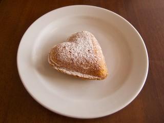 カフェでスイーツ ハート型ケーキ