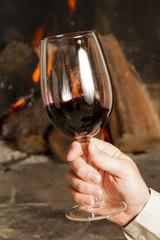 Copas de vino y botella de vino tinto, mano, brindis