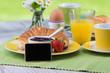 frühstücksgedeck mit angebotstafel