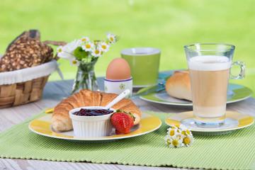 frühstück mit croissant und latte macchiato
