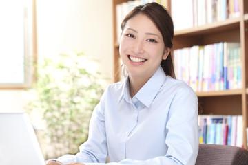オフィスの若い女性