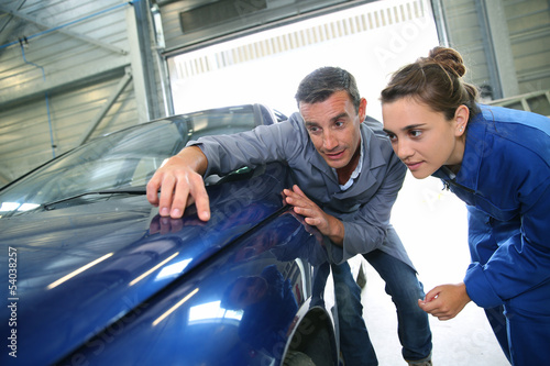 Student with teacher looking at bodywork - 54038257