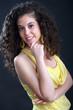 Ragazza sorridente con vestito giallo