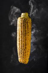 Humeante mazorca de maíz