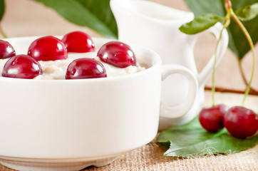 Oatmeal with cherry
