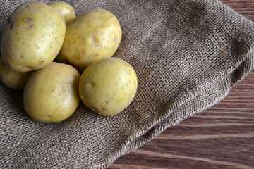 Patatas sobre una bolsa de arpillera